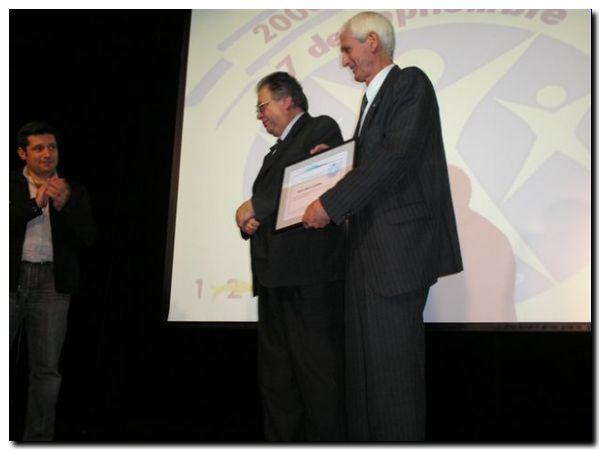 El embajador Cavadini (centro) junto a Victor Santa Maria y el ex futbolista Juan C. Guzmán en el 1º aniversario del MSD