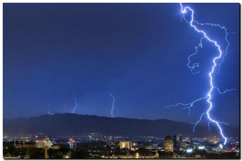 ZÚRICH. Una fuerte tormenta acompañada de rayos y truenos que ha golpeado la ciudad suiza. (EFE)